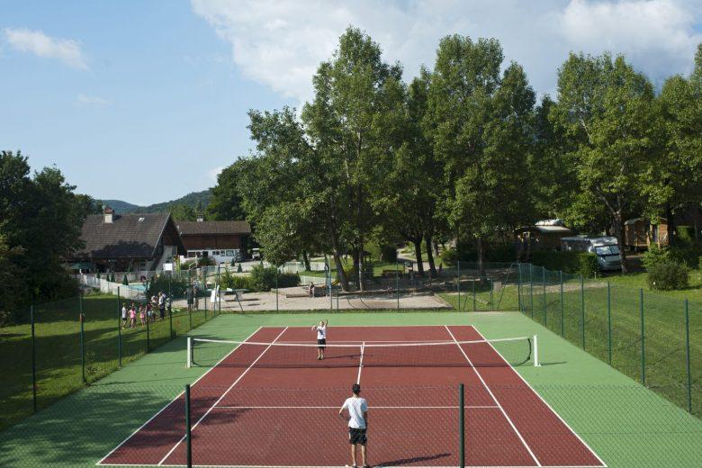 Terrain de tennis au Camping Huttopia de Divonne les Bains