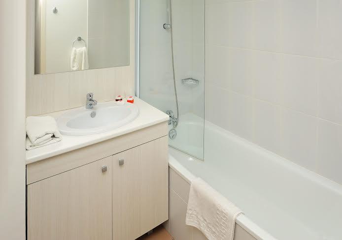 Séjours et Affaires Les Rives Du Léman Confort : salle de bain